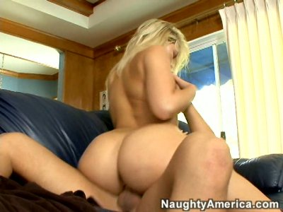Dick hungry Alexis Texas gives impressive deepthroat