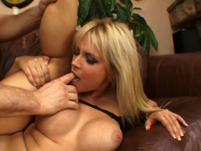 Sara Vandella stands on her knees and gives yum-yum blowjob