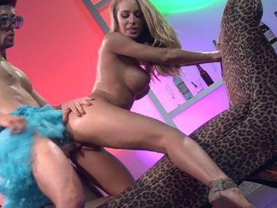Nicole Aniston works hard for his load